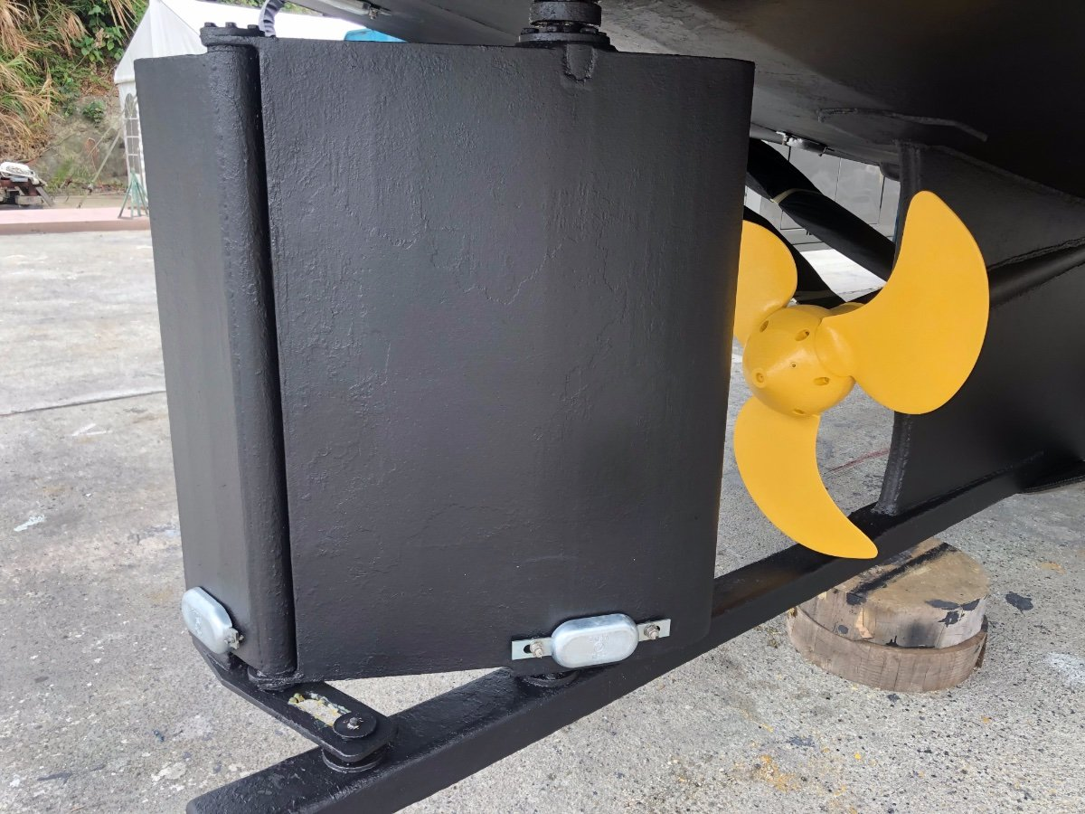 Seahorse Diesel Duck Sedan 462:Articulated flap rudder and Controllable pitch propeller