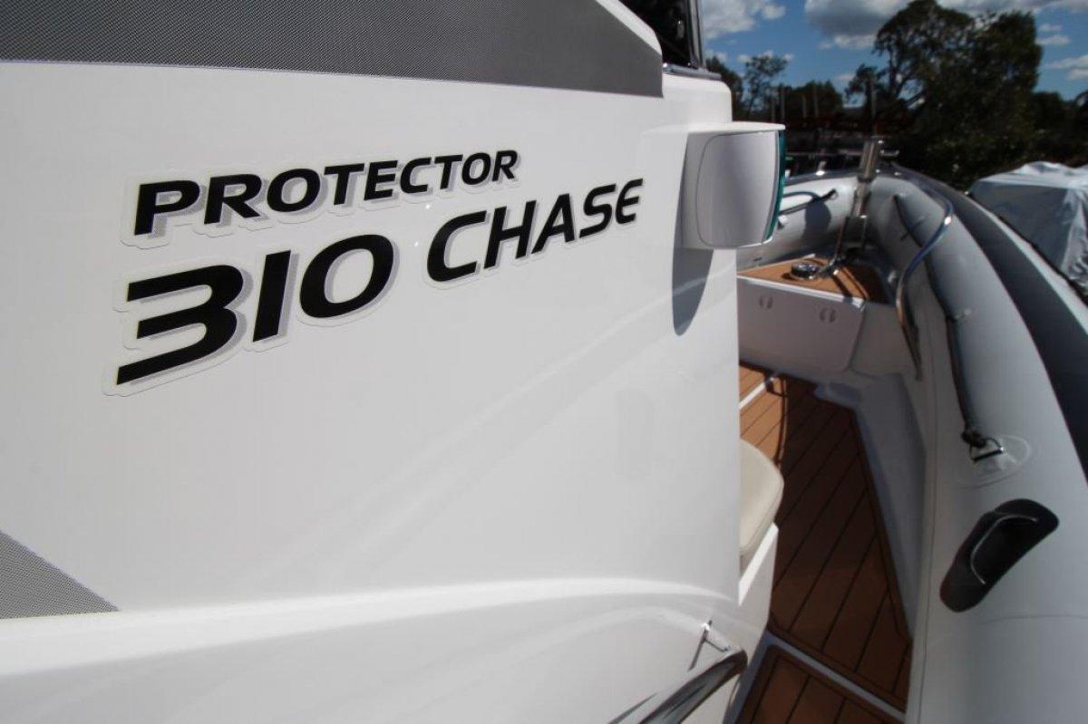 Protector 310 Chase Centre Console RIB