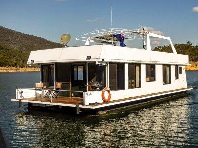 SLAKATAK Houseboat Holiday Home on Lake Eildon
