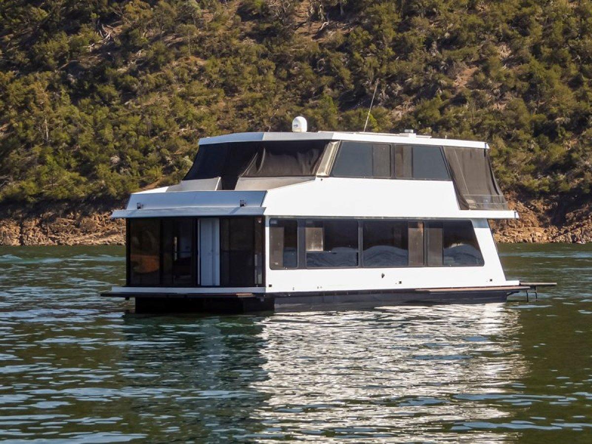 ONE LIFE Houseboat Holiday Home on Lake Eildon:One Life on Lake Eildon