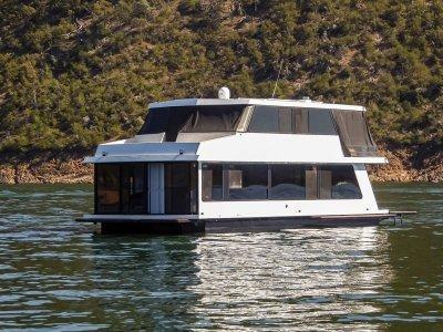 ONE LIFE Houseboat Holiday Home on Lake Eildon