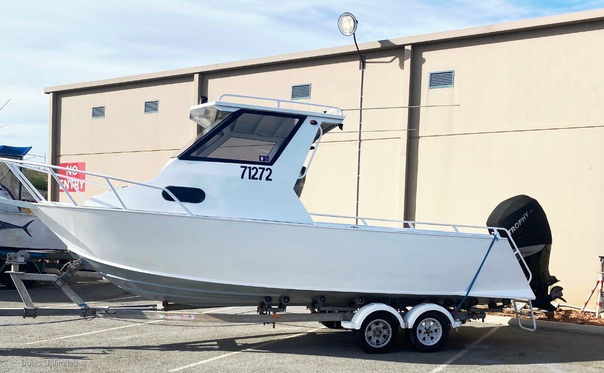 Trailcraft 670 HARDTOP DELUXE, GREAT FISHING BOAT LOW HOURS