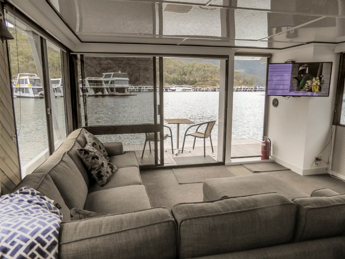 JUST RIGHT 2 Houseboat Holiday Home on Lake Eildon