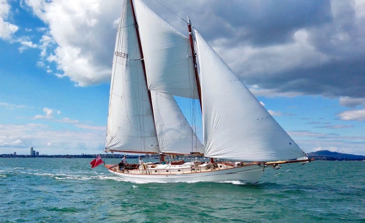 Alden Schooner:Elegant full sail.