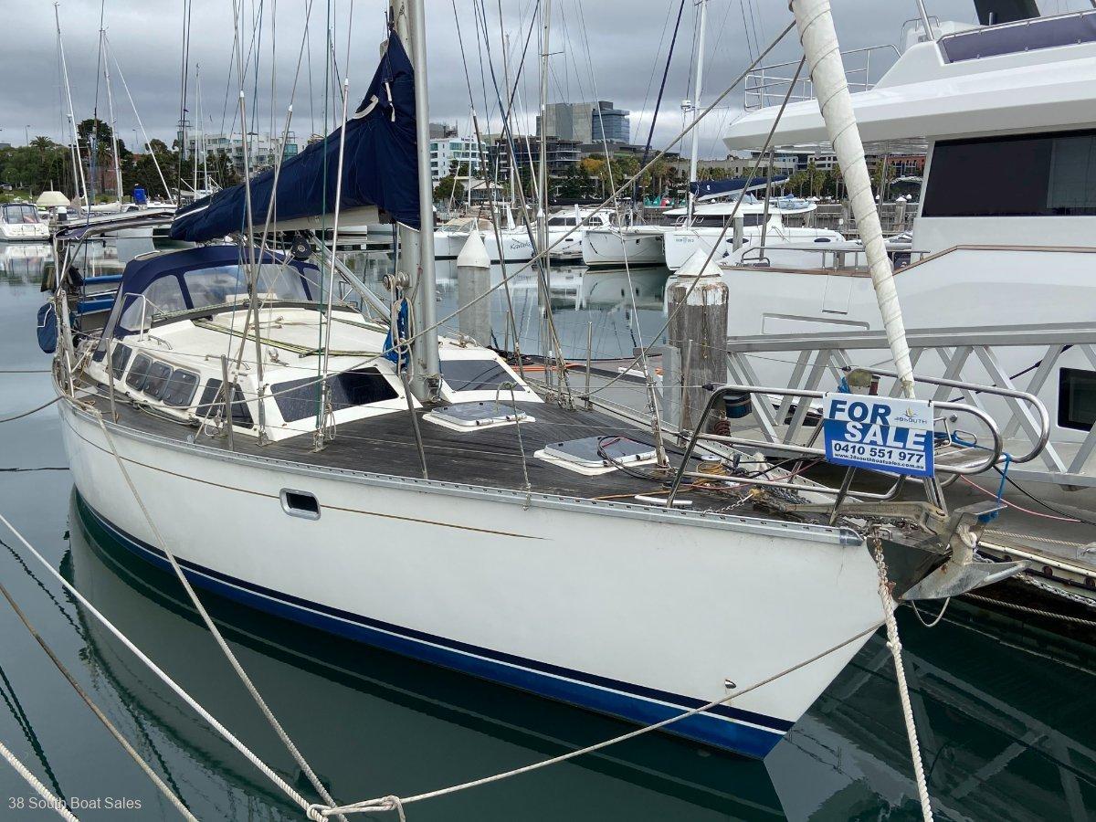 Bluewater Cruising Yachts 400 Raised Saloon