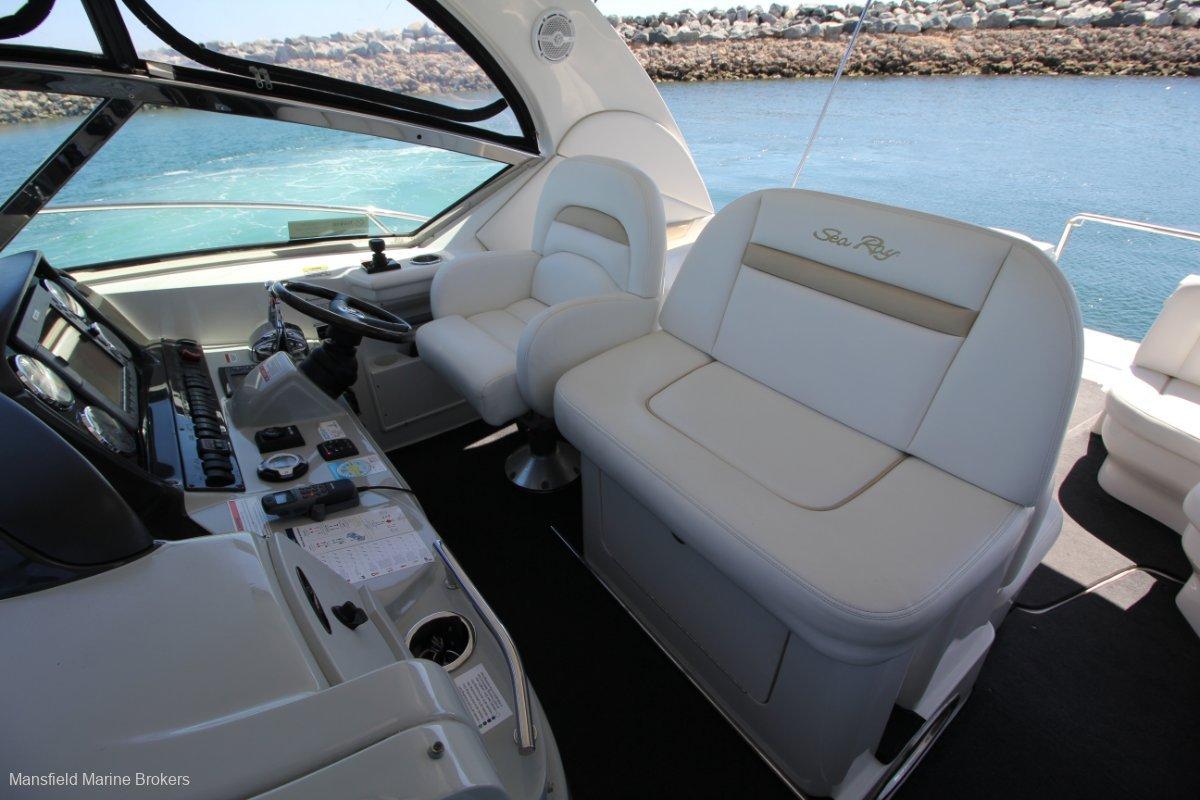 Sea Ray 390 Sundancer:Room for the crew!