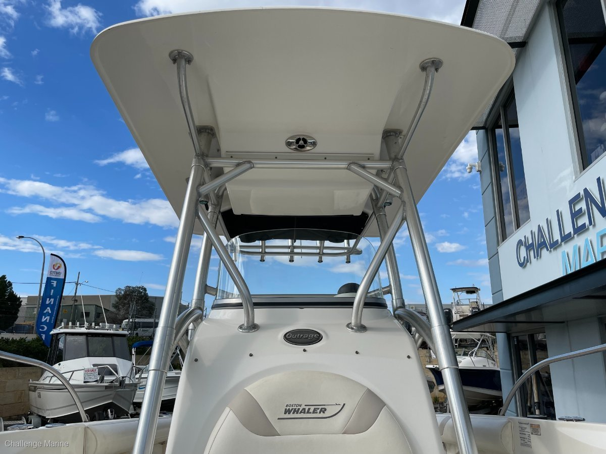 Boston Whaler 240 Outrage Hard top - Trailer & Twin 175's