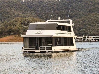 Arcadia - Houseboat holiday home on Lake Eildon