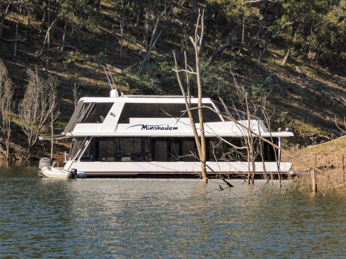 MINSHADEM - Houseboat Holiday Home on Lake Eildon