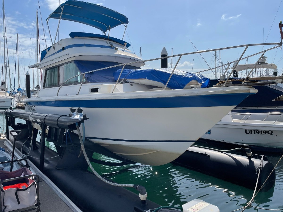 Riviera 30 Flybridge Dual Helm with Airberth and lifting equipment