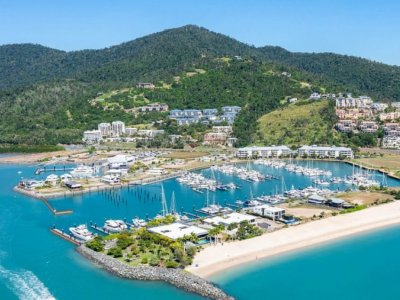 15m FULLY PRO-FENDERED BERTH | PORT OF AIRLIE MARINA